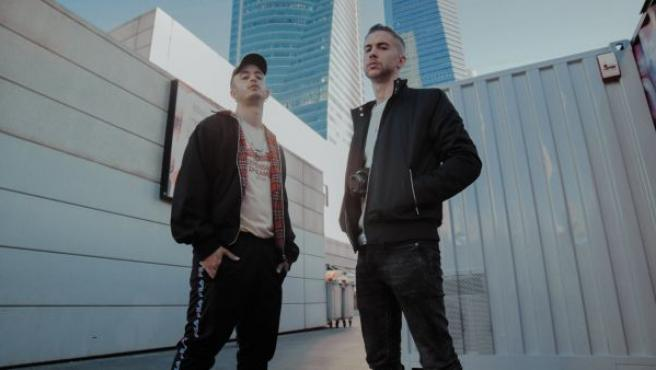Los dos integrantes del dúo de rap Natos (a la derecha) y Waor (a la izquierda).