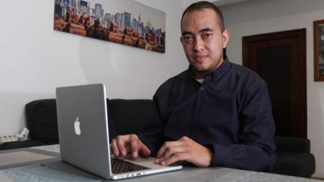 Edwin Yulian Huertas, trasplantado de un riñón, en su casa de Torrejón de Ardoz.