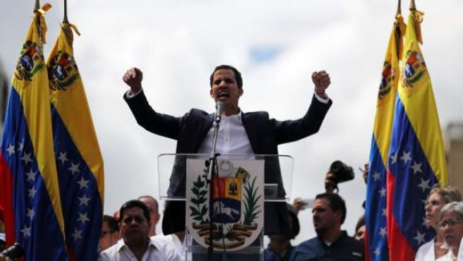 El presidente del Parlamento venezolano, Juan Guaidó, anuncia que asume las competencias del Ejecutivo, este miércoles en Caracas (Venezuela).