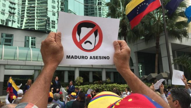 Un hombre sostiene una pancarta en contra de Maduro durante su participación en una manifestación convocada por diversas organizaciones de la comunidad venezolana, frente a la sede del consulado general de Venezuela en Miami, Florida (EE.UU.).