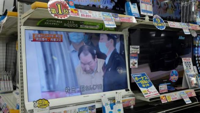 Una televisión muestra cómo el japonés Iwao Hakamada es liberado después de pasar 46 años en la cárcel condenado a muerte.