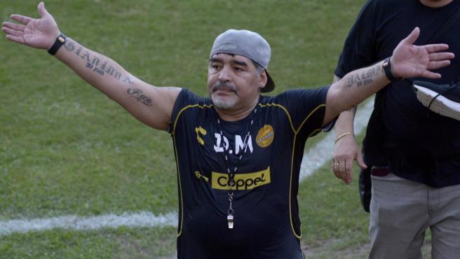 El técnico argentino Diego Armando Maradona (c) saluda a la afición al término de una sesión de entrenamiento en la ciudad de Culiacán, Sinaloa (México).