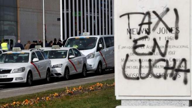 Decenas de taxis estacionados a las puertas del recinto ferial de IFEMA, donde se celebra la feria de turismo, FITUR.