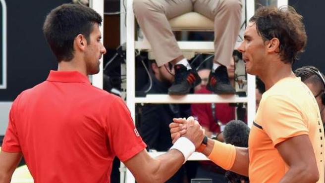El tenista serbio Novak Djokovic (i) saluda al español Rafael Nadal (d) tras vencerle en el partido de cuartos de final del Masters 1000 de Roma.
