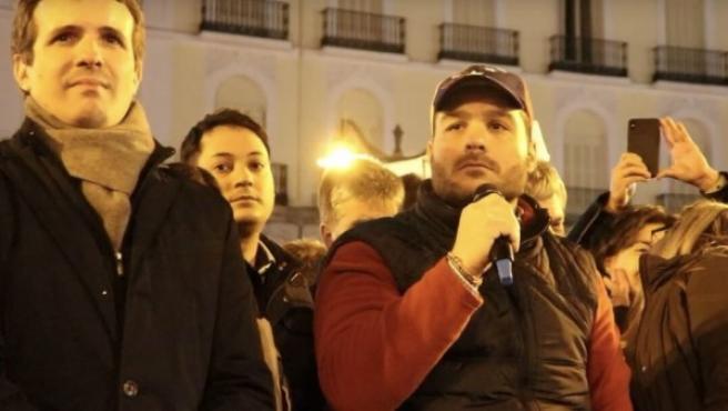 El expreso político venezolano Sergio Contreras, dando un discurso este miércoles en la Puerta del Sol de Madrid con el líder del PP, Pablo Casado.