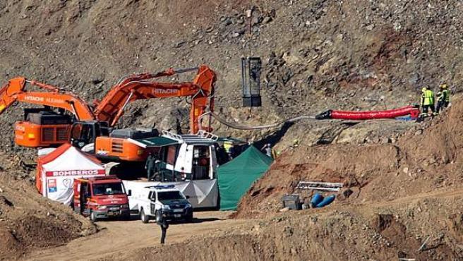 Un minero entra en la capsula (c) fabricada expresamente para esta operación en la que bajarán en su interior por el túnel.