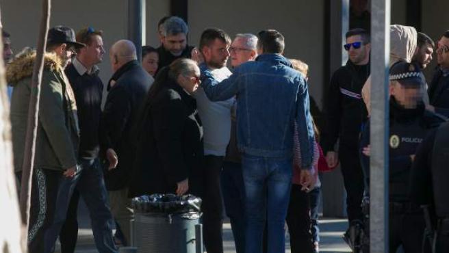 Los padres de Julen reciben condolencias en el tanatorio del barrio del Palo, en Málaga.