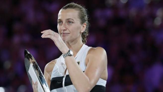 La checa Petra Kvitova se emociona al recibir el trofeo como subcampeona del Open de Australia 2019.