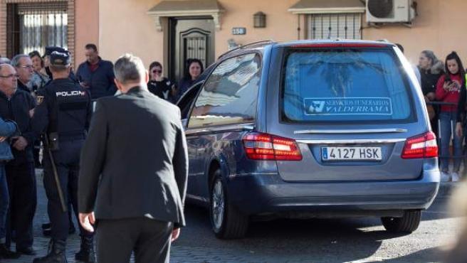 El coche fúnebre transportando el féretro de Julen, a su llegada al tanatorio del Palo.