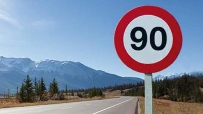 Una señal de tráfico con el límite de 90 kilómetros por hora.