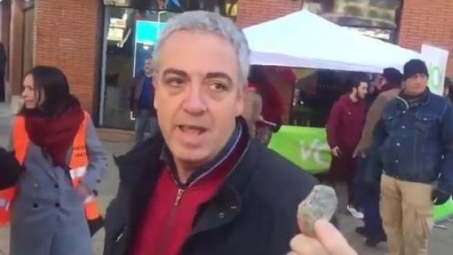 Antonio Amador, vicepresidente de Vox Barcelona, enseñando una de las piedras lanzadas a la carpa.