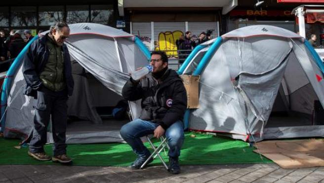 Varios taxistas continúan la huelga de hambre ante la sede de la Federación Profesional del Taxi.