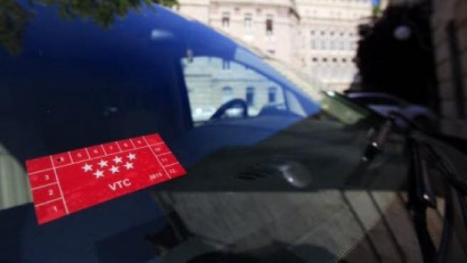 Distintivo VTC de la Comunidad de Madrid en vehículos Cabify y Uber.