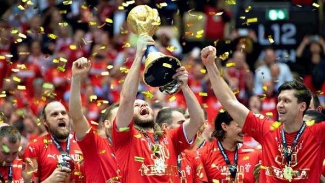 El danés Mikkel Hansen levanta el trofeo tras ganar la selección de Dinamarca el campeonato del mundo de balonmano, en Herning, Dinamarca.