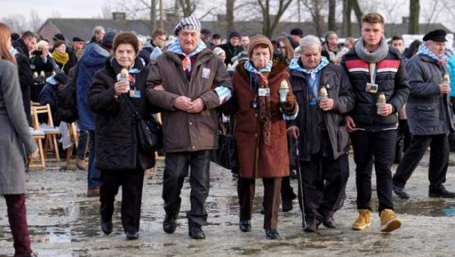 Antiguos prisioneros y sus familiares, junto al Monumento Internacional a las Víctimas del Fascismo, durante la conmemoración del 74 aniversario de la liberación del campo de exterminio nazi de Auschwitz-Birkenau, en Oswiecim, Polonia.