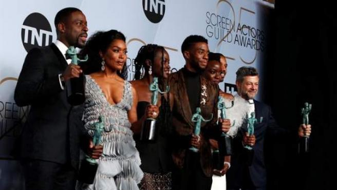 Miembros del reparto de 'Black Panther' posan con el premio del Sindicato de Actores de Estados Unidos a la mejor interpretación de un elenco en una película.