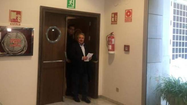Rus a la seua arribada a la Comissió de Taula a Les Corts