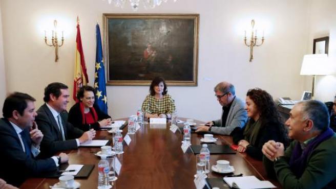 La vicepresidenta, Carmen Calvo, preside la mesa de diálogo social por la igualdad laboral.