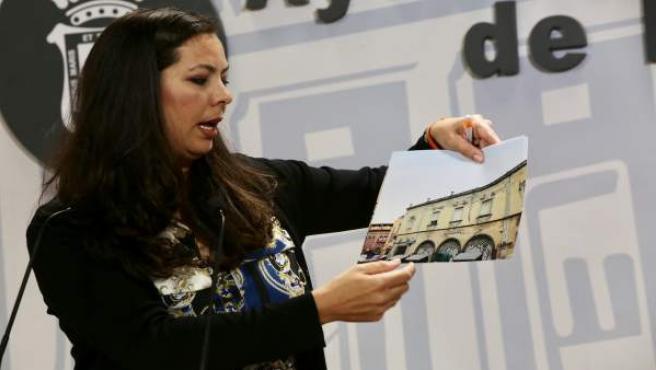 María Martín explica la situación del antiguo mercado.