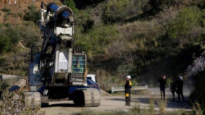 Uno de los camiones pluma que trabajaron en las labores de rescate de Julen abandona la zona.