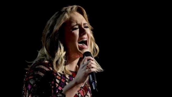 Adele interpretando 'Hello' durante la gala 59 de los 'Premios Grammy'.