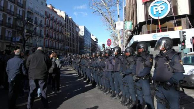 Agentes de Policía resguardan la sede del PP de la calle Génova en Madrid.