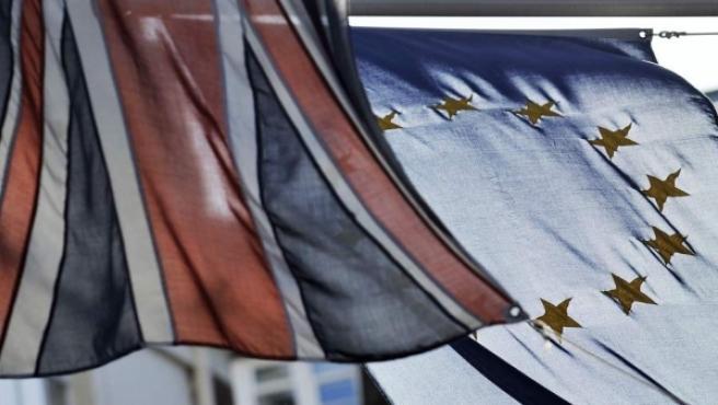 Drapeaux de l'Union européenne et du Royaume-Uni