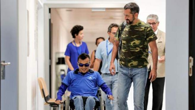 El doctor Pedro Cavadas junto a un paciente.