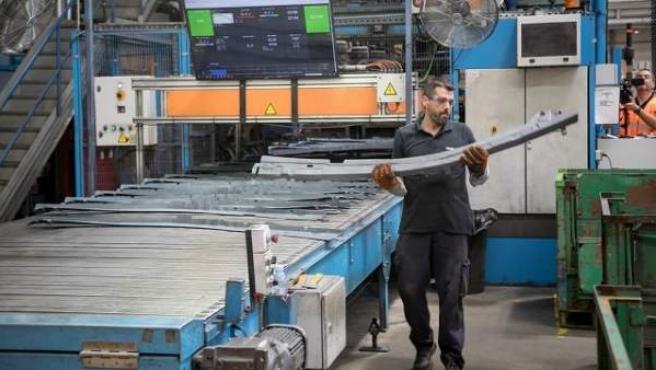 Trabajador en fábrica de componentes vehículos.