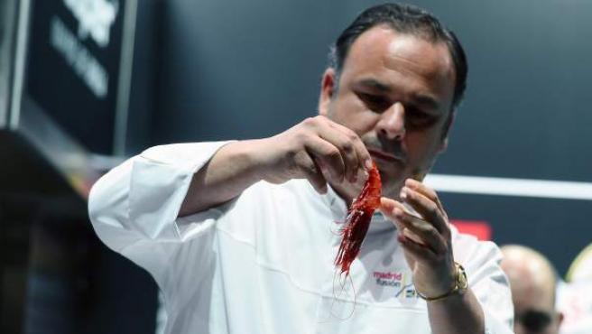 El cocinero Ángel León, chef del restaurante gaditano Aponiente (tres estrellas Michelin), muestra una nueva técnica de cocción a través de la sal en su presentación en la XVII edición de la cumbre gastronómica internacional Madrid Fusión.
