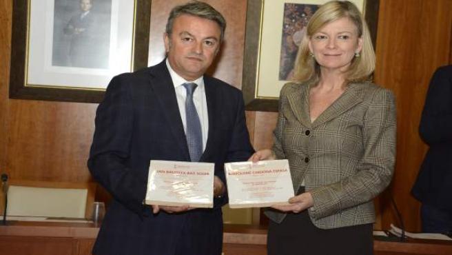 José Chulvi y Gabriela Bravo con las baldosas en homenaje a las víctimas del naz
