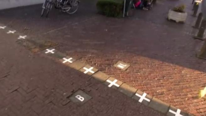 Imagen de uno de los marcadores fronterizos en una de las calles de Baarle.