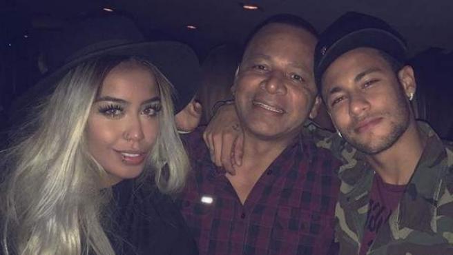 Rafaella Santos, su padre y Neymar.
