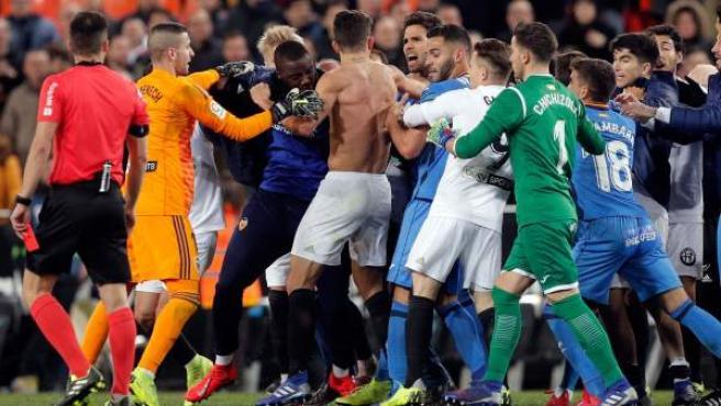 Jugadores de Valencia y Getafe protagonizaron una multitudinaria pelea tras el partido que les enfrentó.