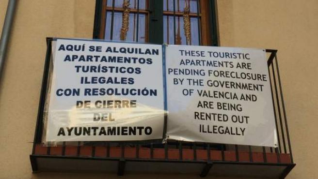 Carteles de protesta en un balcón del distrito valenciano de Ciutat Vella contra los apartamentos turísticos.