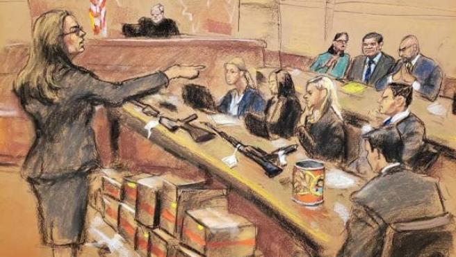 Dibujo de Jane Rosenberg donde aparece la asistente del Fiscal de EE UU, Andrea Goldberg (i), junto a varias cajas con documentos y armas, durante el juicio a 'El Chapo' Guzmán en Nueva York.
