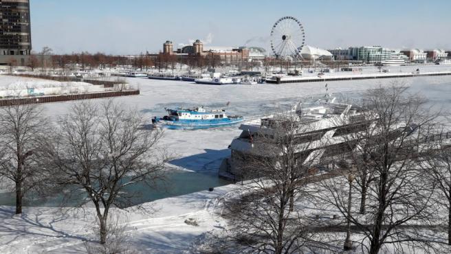 El barco James Versluis rompe hielo, en el río Chicago congelado, en Chicago (EE UU).