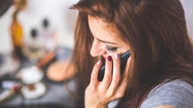 Imagen de archivo de una mujer hablando por el móvil.