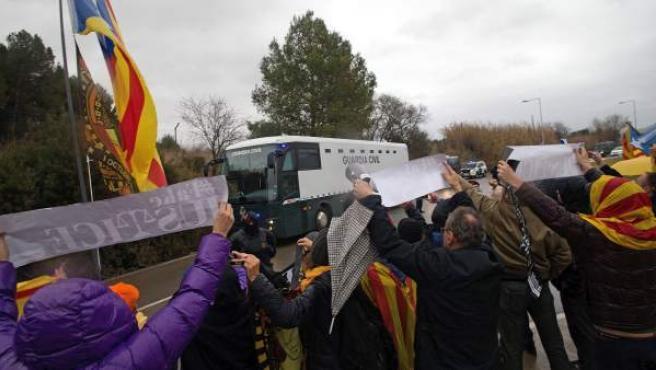 Manifestantes muestran su apoyo, este viernes a la salida de la prisión de Brians, a los nueve presos independentistas.