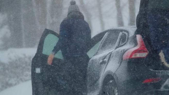 Un hombre bajo una nevada en la región lucense de O' Cebreiro.