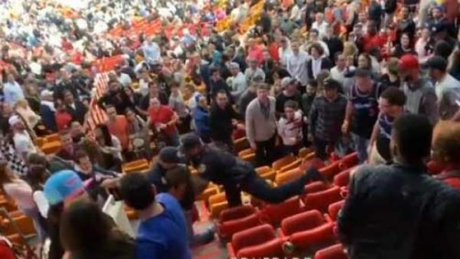 El momento de la detención del aficionado español en el American Airlines Arena de Miami.