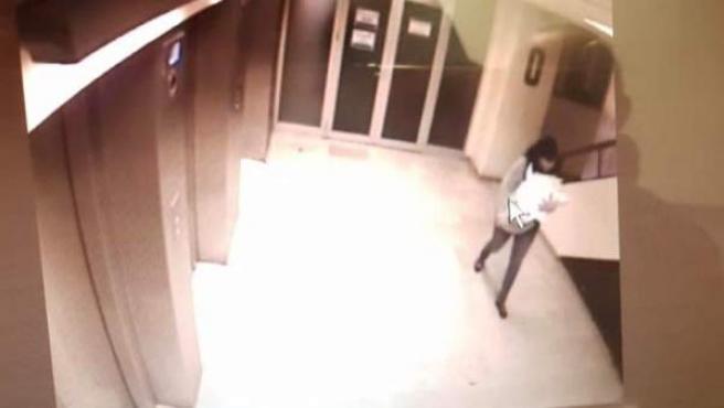 Imagen captada por las cámaras de seguridad del hospital de Guadalajara en la que se ve el rapto del bebé.