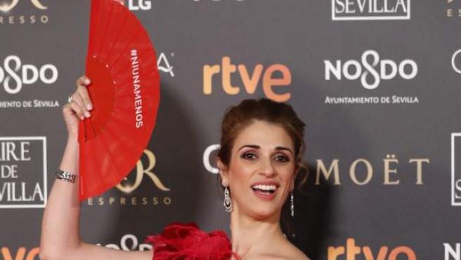 Ruth Gabriel se para ante los fotógrafos, durante la alfombra roja de la 33 edición de los Goya que tiene lugar en Sevilla.