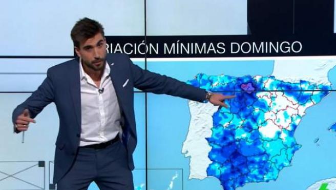 El presentador de 'La Sexta Meteo', Adrián Cordero, explica la previsión del tiempo agachado ante un mapa mal encuadrado.