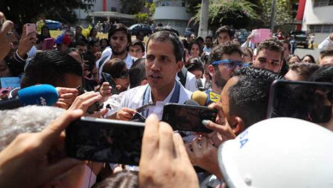 Juan Guaidó llega para participar en la manifestación opositora en Caracas.