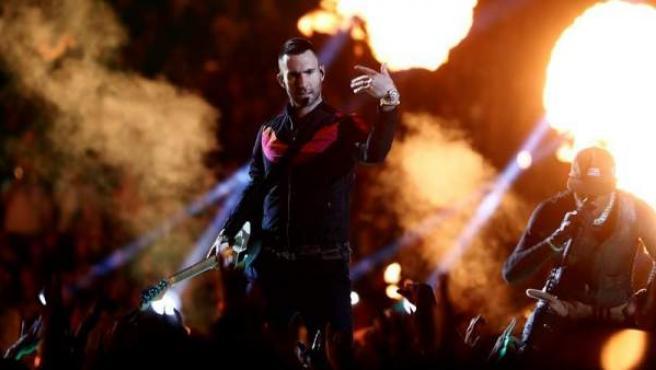Adam Levine, de Maroon 5, y Travis Scott, durante su actuación en el descanso de la 53 edición de la Super Bowl, en el estadio Mercedes-Benz de Atlanta, Georgia (EE UU).