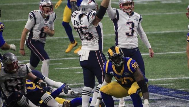 Stephen Gostkowski, de los Patriots de Nueva Inglaterra, tras anotar en la Super Bowl ante los Rams de Los Angeles.