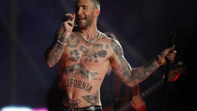 El cantante de Maroon 5's, Adam Levine, durante la actuación de la Super Bowl 2019.
