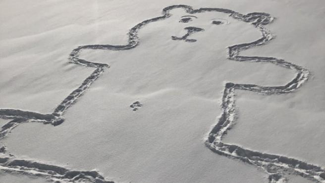 Un oso gigante dibujado en la nieve.