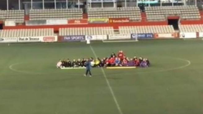 Las jugadoras de ambos equipos protestaron por los insultos con una sentada.